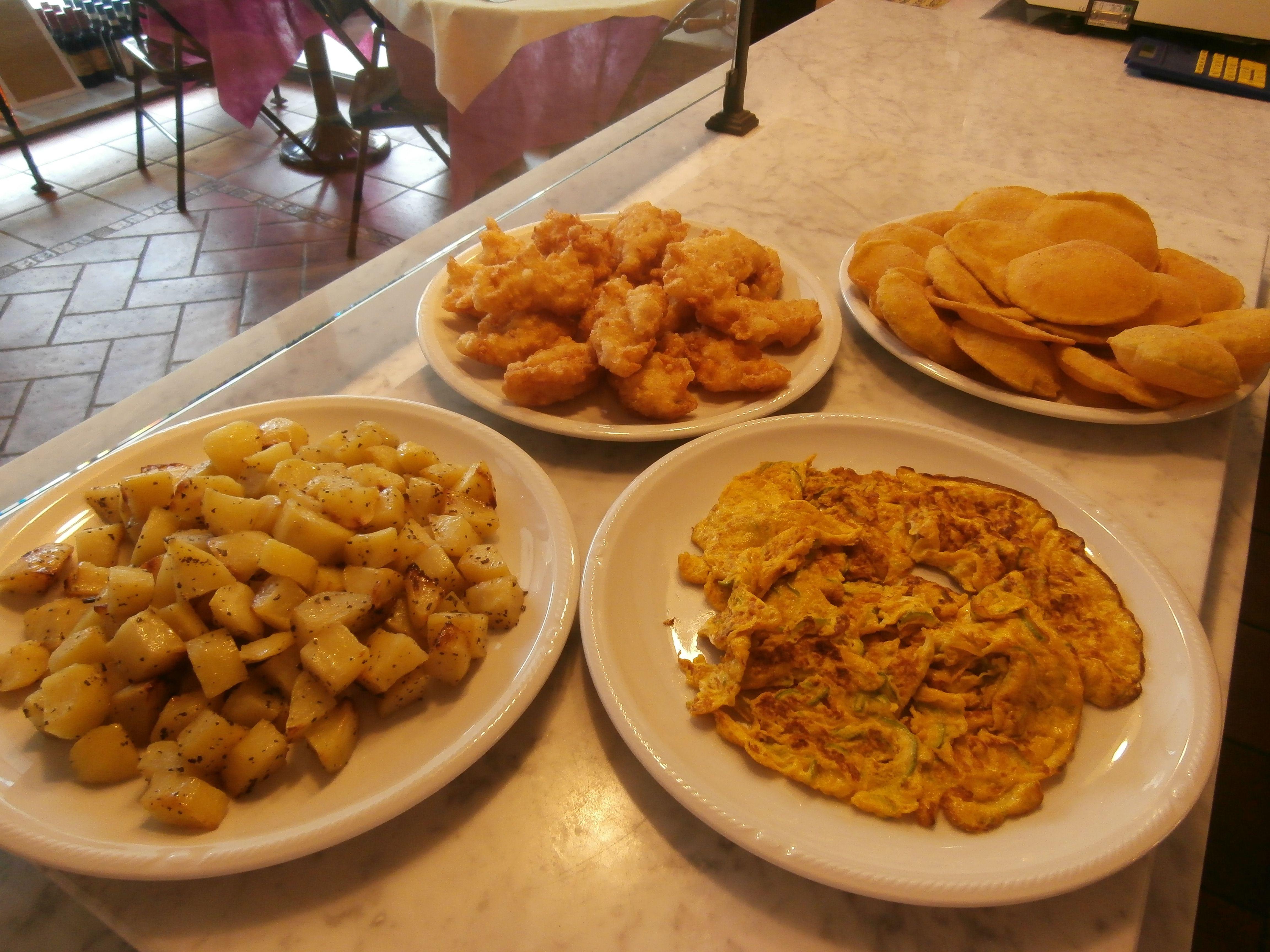 Frittelle di baccalà, melanzane fritte, frittata alle zucchine e patate al forno