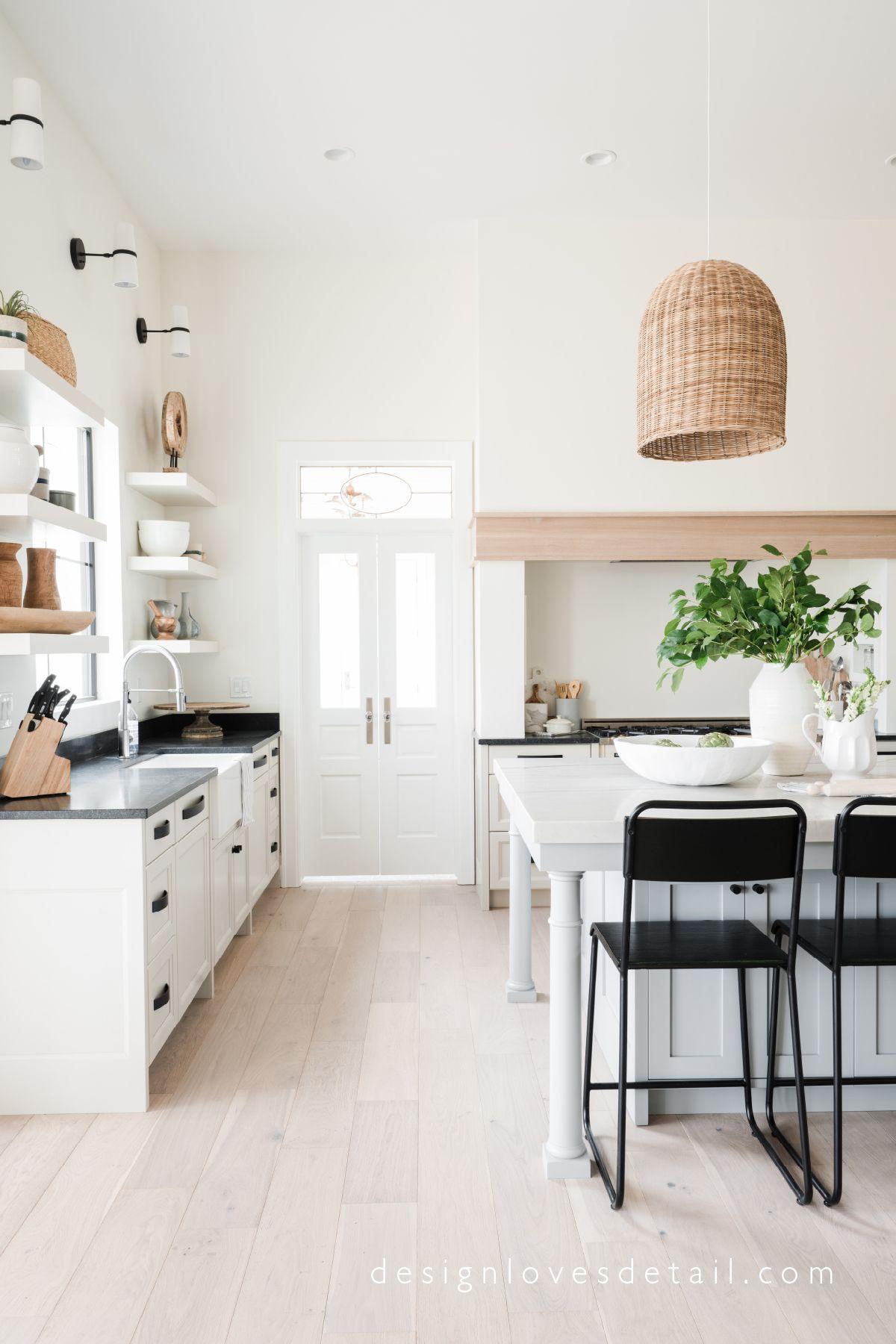 Cuisine toute blanche avec parquet en bois clair | Maison | Home ...