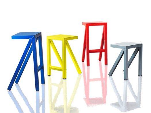 Una linea grafica ed essenziale disegna tavoli sgabelli alti e