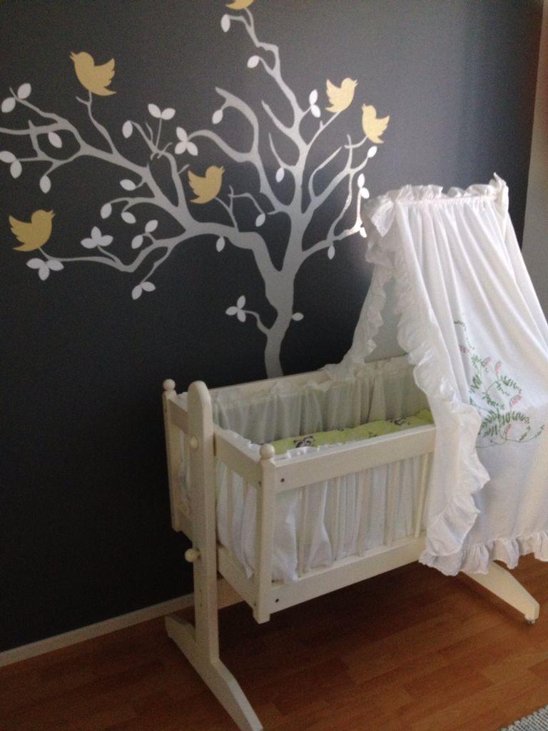 Leon huoneen seinä ja ensikehto. Puu on Lohjan papan tekemä ja kehdon on jo kolmekymmentä vuotta sitten tehnyt Espoon pappa.
