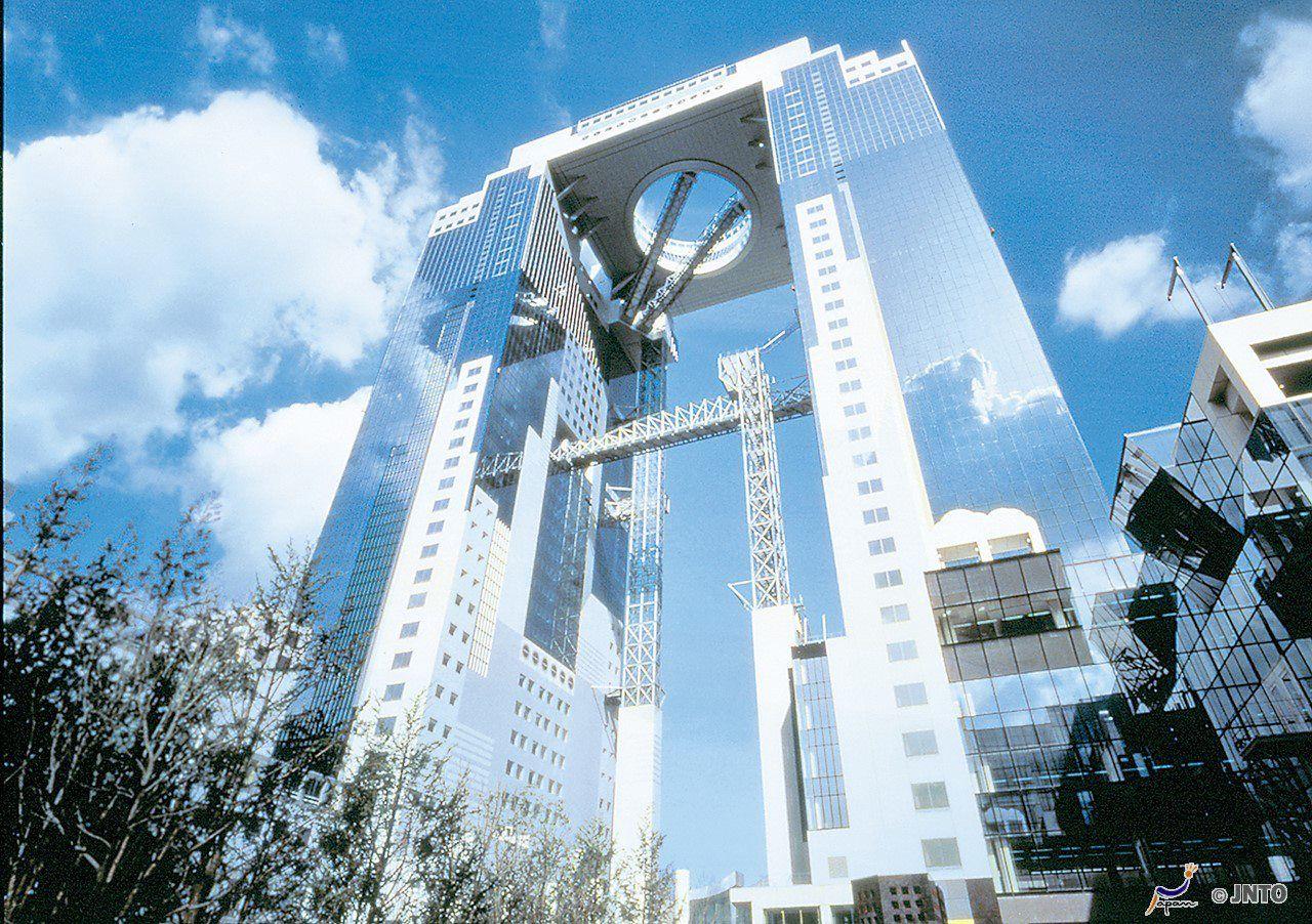 【梅田スカイビル 原広司】  まるで雲が浮いているかのように振る舞う空中庭園。反射された雲に突き刺さるブリッジ。抽象化され垂直に伸びゆく塔。虚構と現実