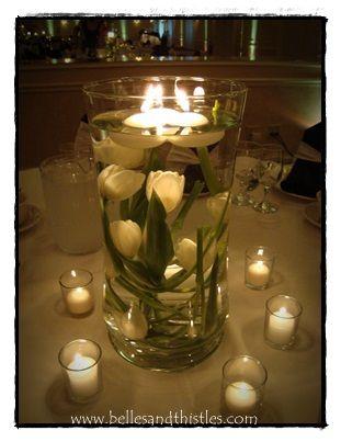 Tulipanes blancos en base de vidrio con agua y velas flotando liz - centros de mesa para boda con velas flotantes