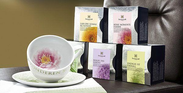 Höchste Teekultur extravagant serviert! Exklusive, hochwertige Teepyramiden, welche nicht nur für den Gaumen sondern auch für die Augen ein Genuss sind!  Die Aufgussbeutel in Form von kleinen Pyramiden fassen ein größeres Volumen als herkömmliche Teebeutel. Durch die gröber geschnittenen Zutaten bleiben mehr der natürlich enthaltenen ätherischen Öle in der Teepyramide. So kann sich das Aroma beim Aufbrühen besser entfalten – ein wahrhaft sinnlicher Teegenuss ist garantiert.