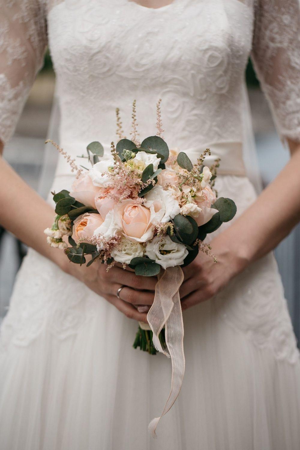 Букет невесты в персиковом цвете из роз