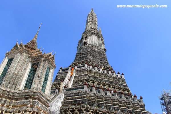 Buddhist monks climbing Wat Arun / Monjes budistas subiendo Wat Arun #Bangkok #Asia #Tailandia