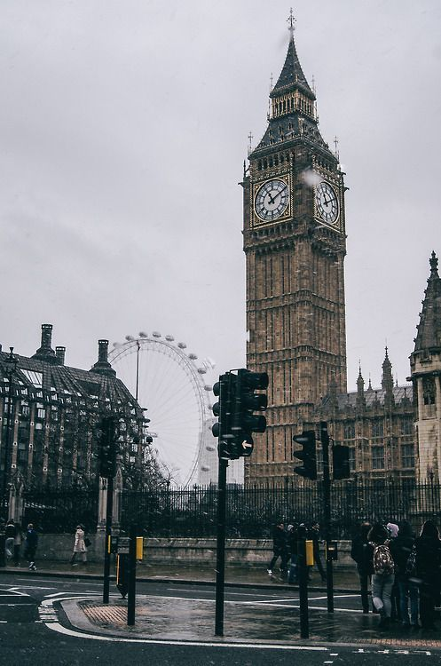 A Torre Elizabeth, anteriormente chamado a Torre do Relógio, rebatizada em homenagem à rainha Elizabeth II em seu Jubileu de Diamante ano e o olho de Londres no fundo.