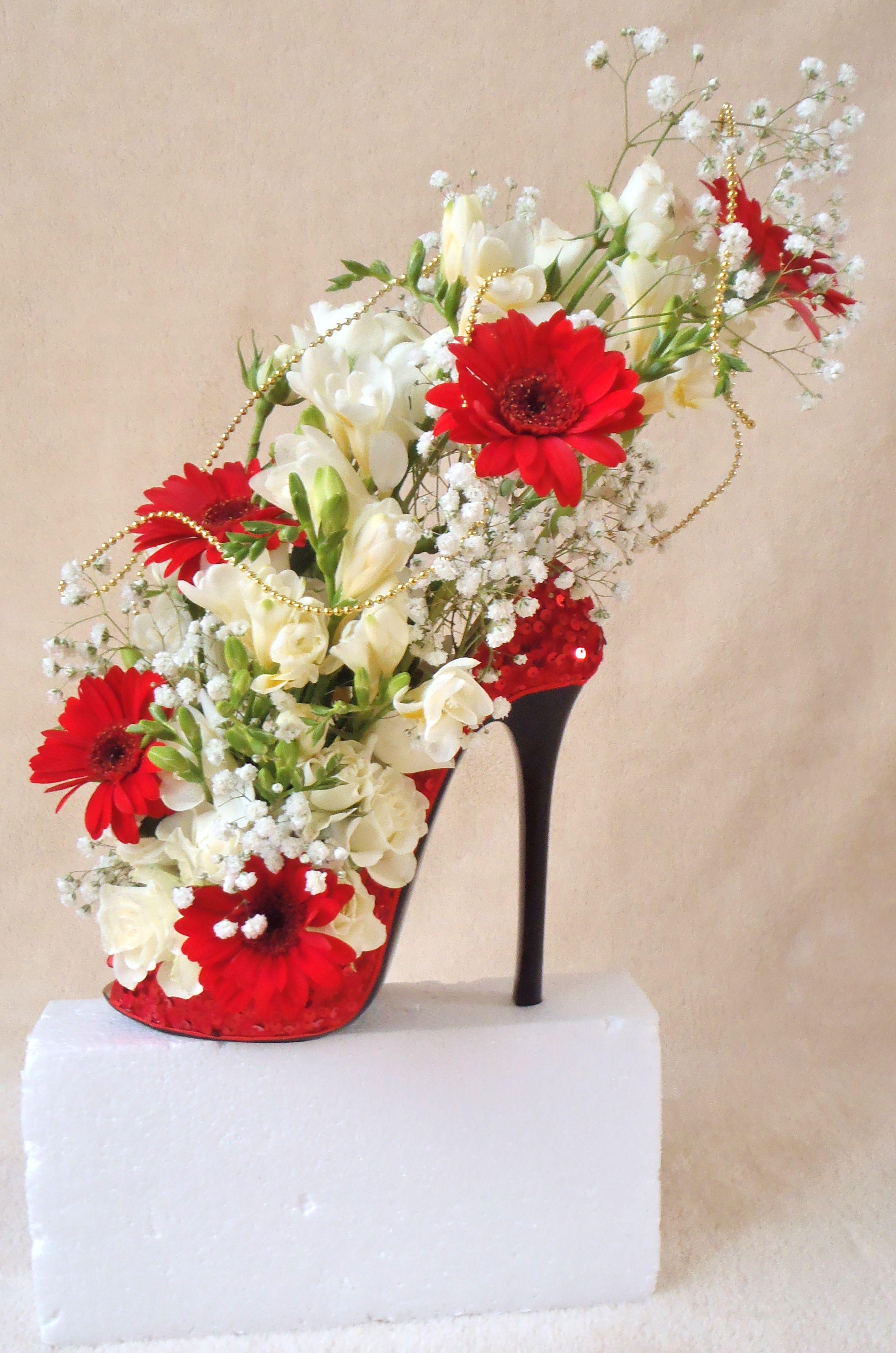 Beautiful Shoe Design Used As Wedding Display In Different Colour Shoes Flowers Blumen Tischschmuck Einzigartige Blumen Blumengestecke