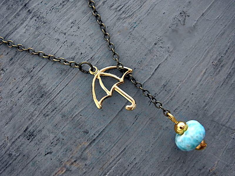 Außergewöhnliche zarte Halskette aus original alten Elementen. Der kleine Schirm und der leuchtende Türkisstein Anhänger stammen aus den 60iger Ja...