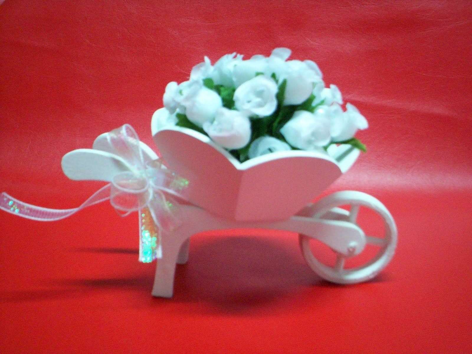 Thadeu Miniaturas:     carriolinha de mdf com base branca para enfeit...