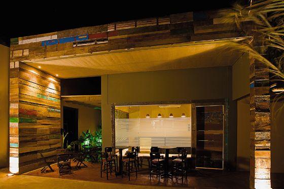 Fachada decorada com madeira de demoli o constru ao for Decorar restaurante pequeno