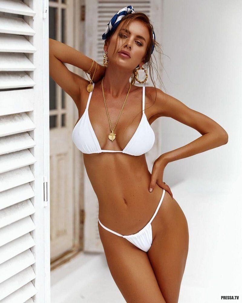 soset-no-devushki-v-belom-bikini-pizdu
