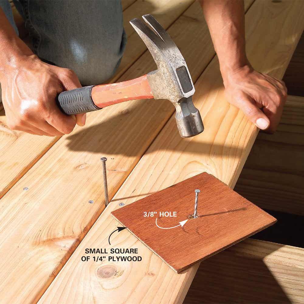 Protege la pieza de madera, en caso de fallar con el martillo