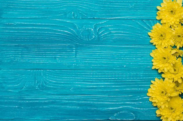 Fondo De Madera Azul Con Flores Y Espacio Para Mensajes