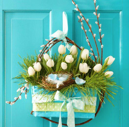 玄関ドアに可愛くお花を飾る方法 吊るすデコレーションアイデア集 イースターのリース 春のリース 玄関ドア 飾り