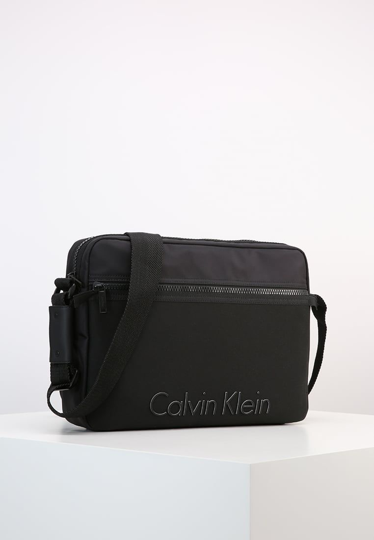 32acf194a ¡Consigue este tipo de maleta para portátil de Calvin Klein ahora! Haz clic  para
