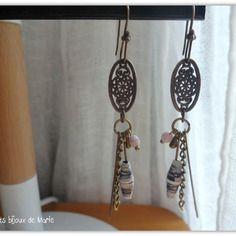 Boucles d'oreilles perle en papier mauve et breloques bronzes