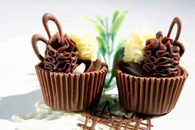 Copinhos de chocolate recheados com ganaches de vários sabores e lindamente decorados!