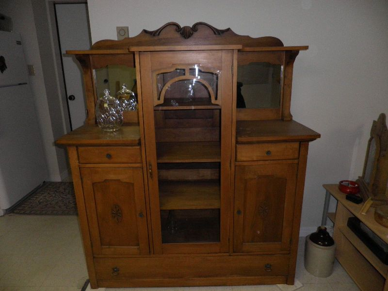 Vaisselier Antique Tres Propre En Erable Transport Environ De Quebec Inclus China Cabinet Storage Kijiji