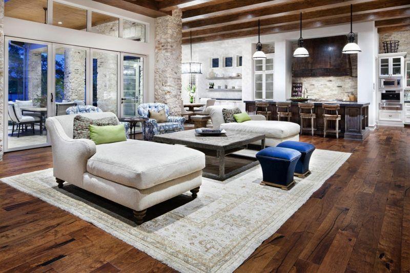 Wohnzimmer im Landhausstil mit Steinwänden und Parkett Balken - landhausstil wohnzimmer modern
