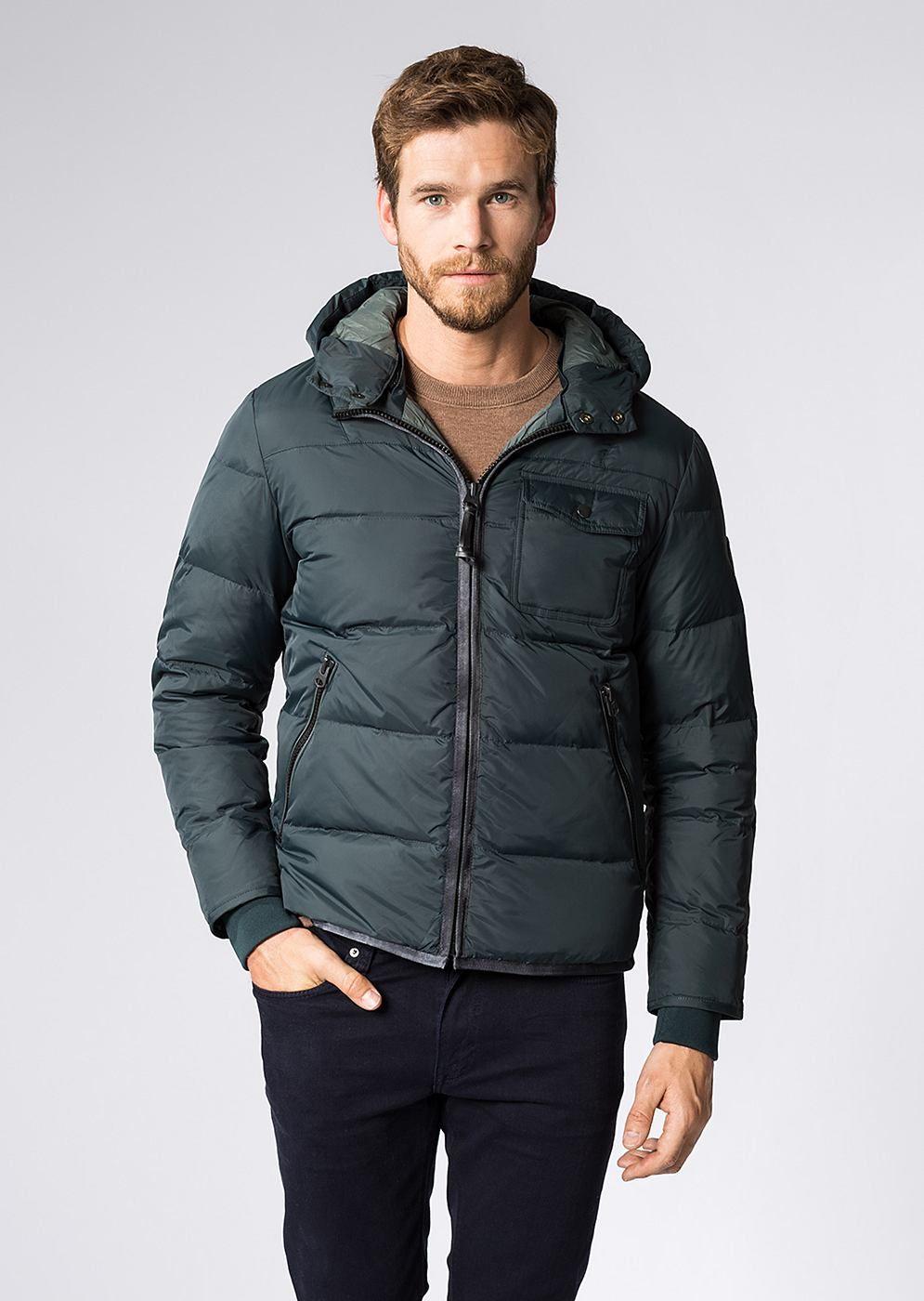 Mit abnehmbarer Kapuze sportiv gestaltet und mit Daunen gefüttert, kann Ihnen der Winter mit dieser voluminösen Blouson-Jacke nichts mehr anhaben. Zwei seitliche Leistentaschen und die aufgesetzte Brusttasche runden das Konzept gekonnt ab. Aus 100% Polyamid....
