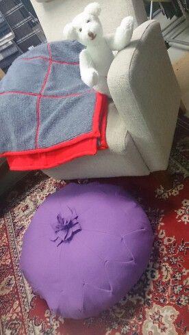 Lattia tyynyjä ja torkkupeittoja
