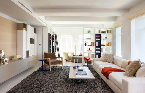 Langwerpige woonkamer appartement in New York | Interieur inrichting ...