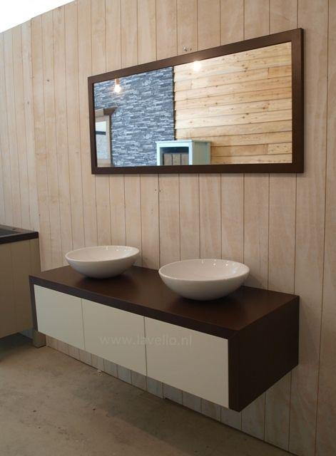Badkamermeubel '8W'uit onze serie van Lavello, springt uit de toon door een nieuw strak ontwerp. Uniek is dat zowel de zijkanten als het blad van het zelfde hout zijn gemaakt en in verstek doorlopen. Deze top kunnen wij leveren in diverse hout varianten. Zo is dit meubel helemaal naar jou eigen smaak te selecteren met mooie waskommen.