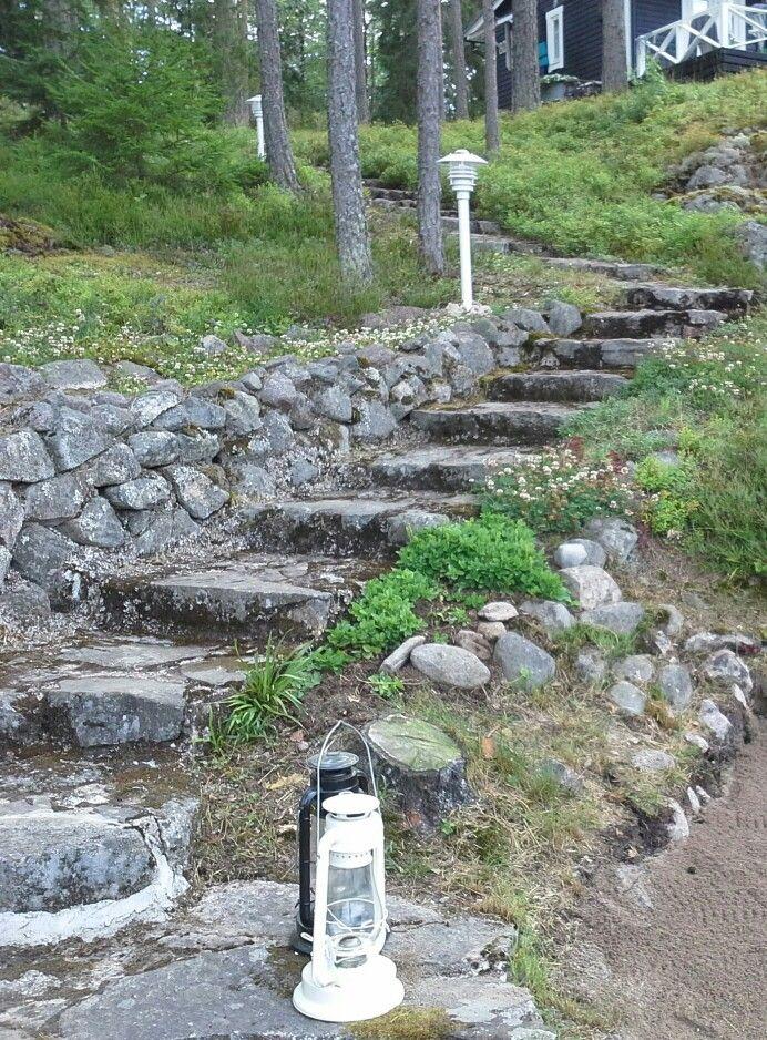 Vanhat kauniit sammaloituneet kiviportaat