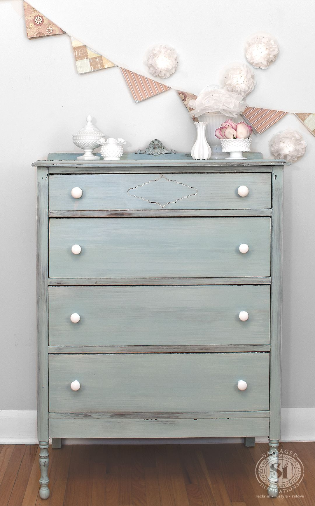 Layered Milk Painted Dresser Miss Mustard Seed S Eulalie Sky And Grain Sack Nu Ook Te Verkrijgen In De Benelux Www Maisonmansion