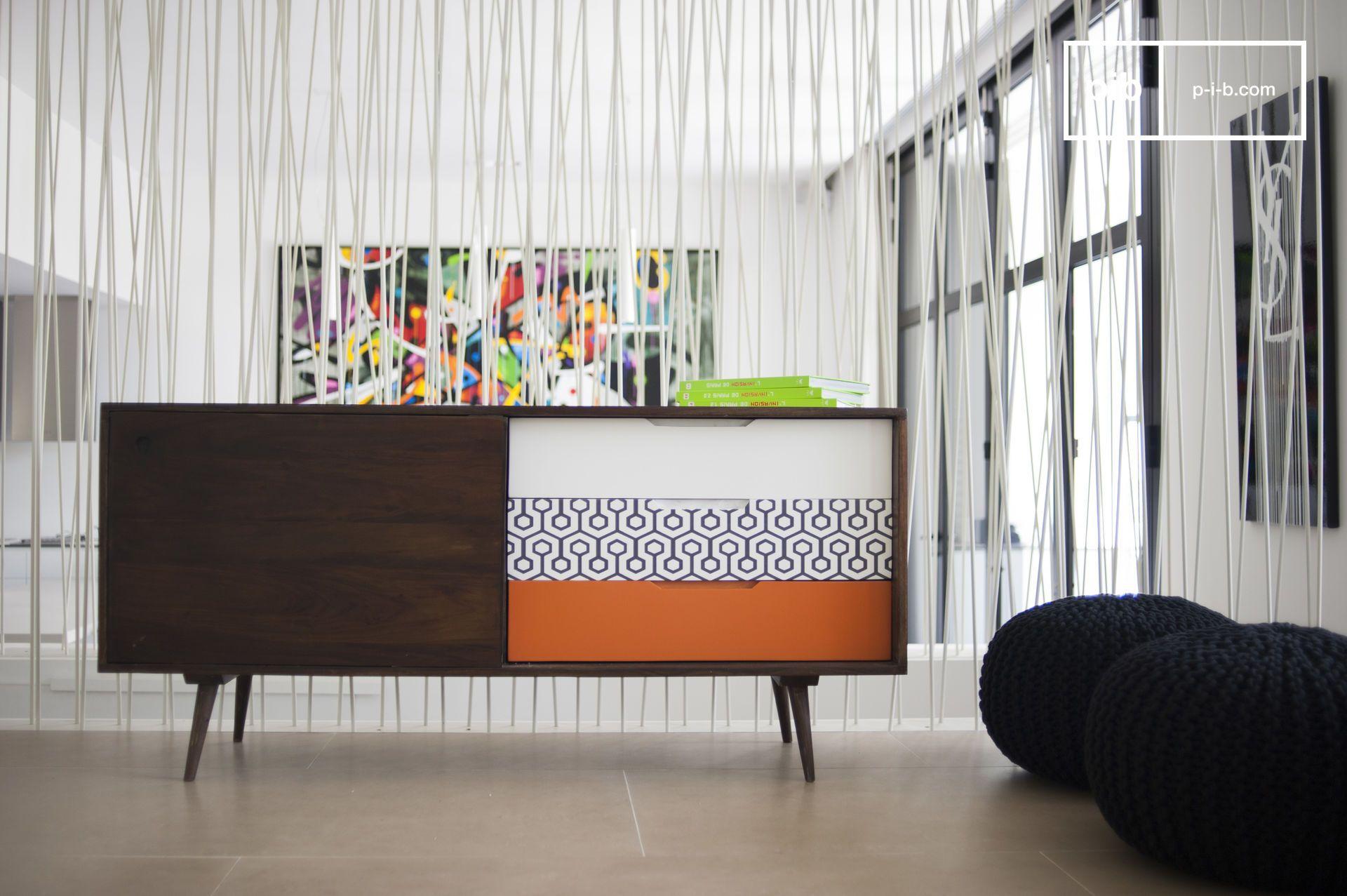 Das Sideboard Londress erinnert mit seinem natürlichen Holz, seinen eleganten Formen und seinen schönen Beinen an den typischen Stil der skandinavischen Möbel. In einem Eingangsbereich kann das Möbel als Konsole, in einem Schlafzimmer als Kommode und im Wohnzimmer als Möbel für die Stereoanlage dienen.
