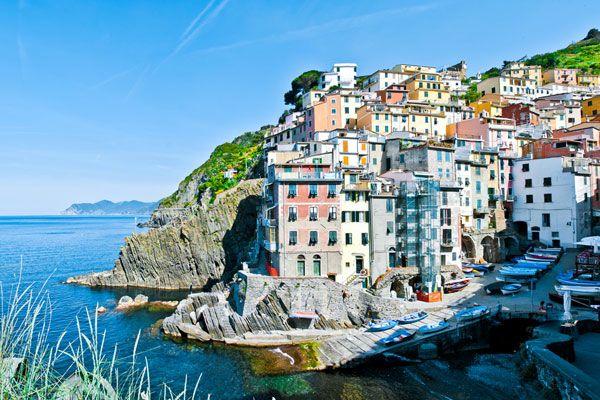 De Cinque Terre bestaat uit vijf dorpjes langs de noordwestelijke Italiaanse kustlijn die in 1997 werden opgenomen in de Werelderfgoedlijst van UNESCO. De vijf dorpjes worden met elkaar verbonden via het wandelpad Via dell'Amore, langs de kliffen boven de Middellandse Zee.