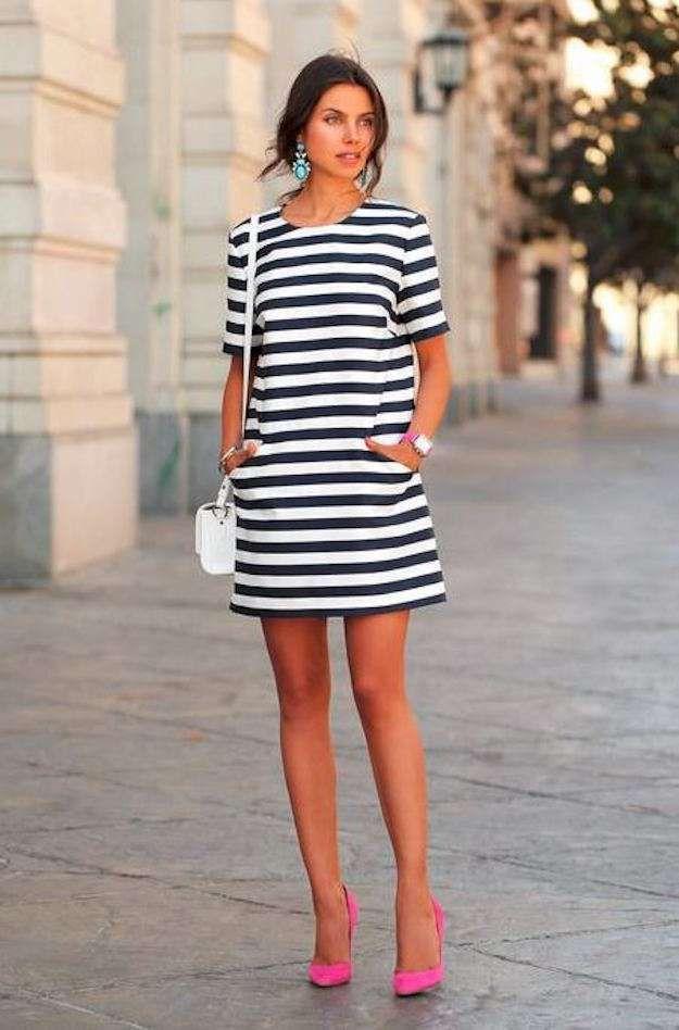 f69d6a2fa Zapatos fucsia para todos los gustos  fotos de los modelos - Zapatos fucsia  y vestido de rayas