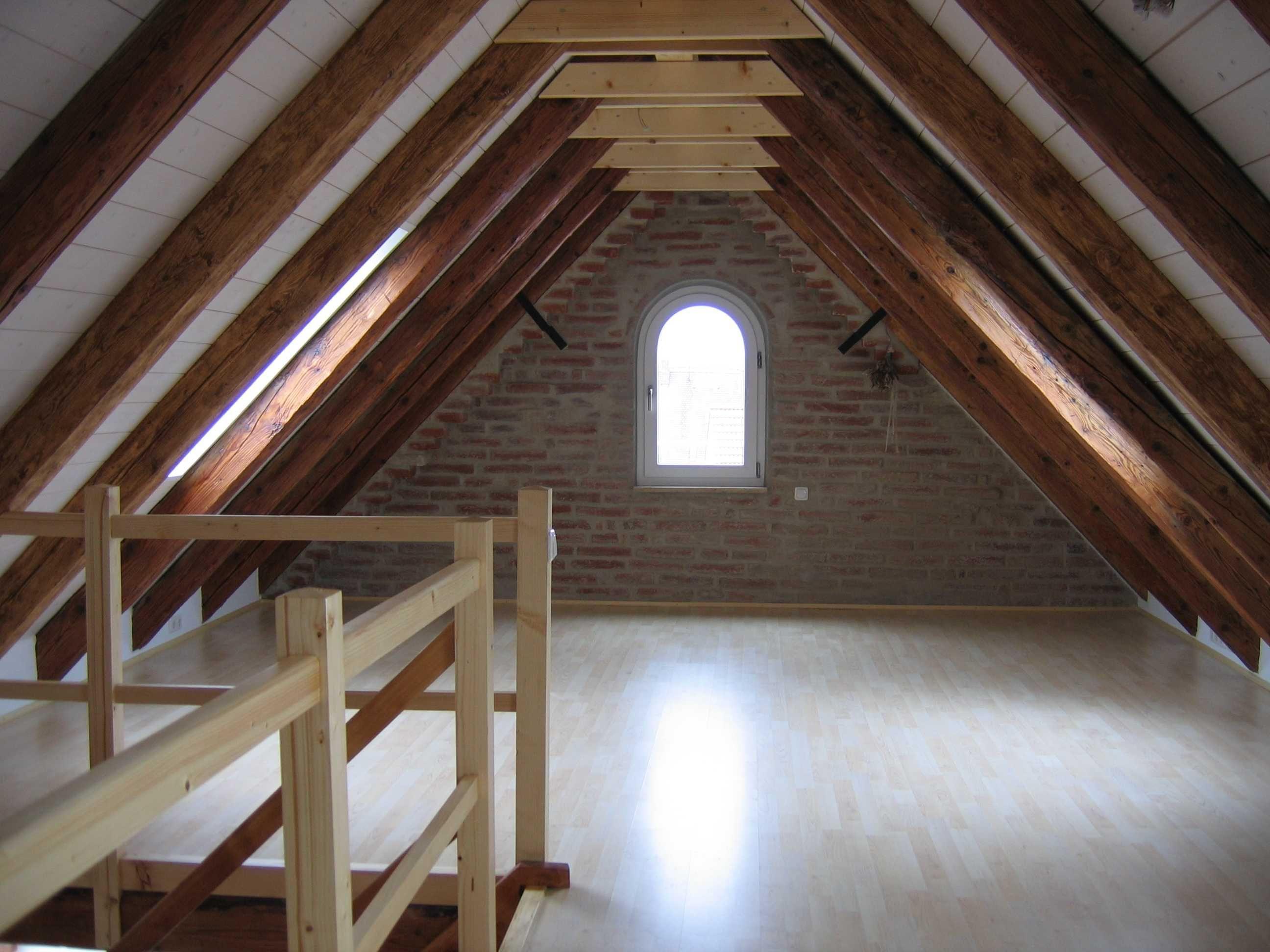dachgeschossausbau bild 4 ausgebauter dachspitz offen durch die freigelegten balken und den. Black Bedroom Furniture Sets. Home Design Ideas