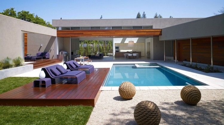 aménagement autour d\u0027une piscine rectangulaire, plage en bois