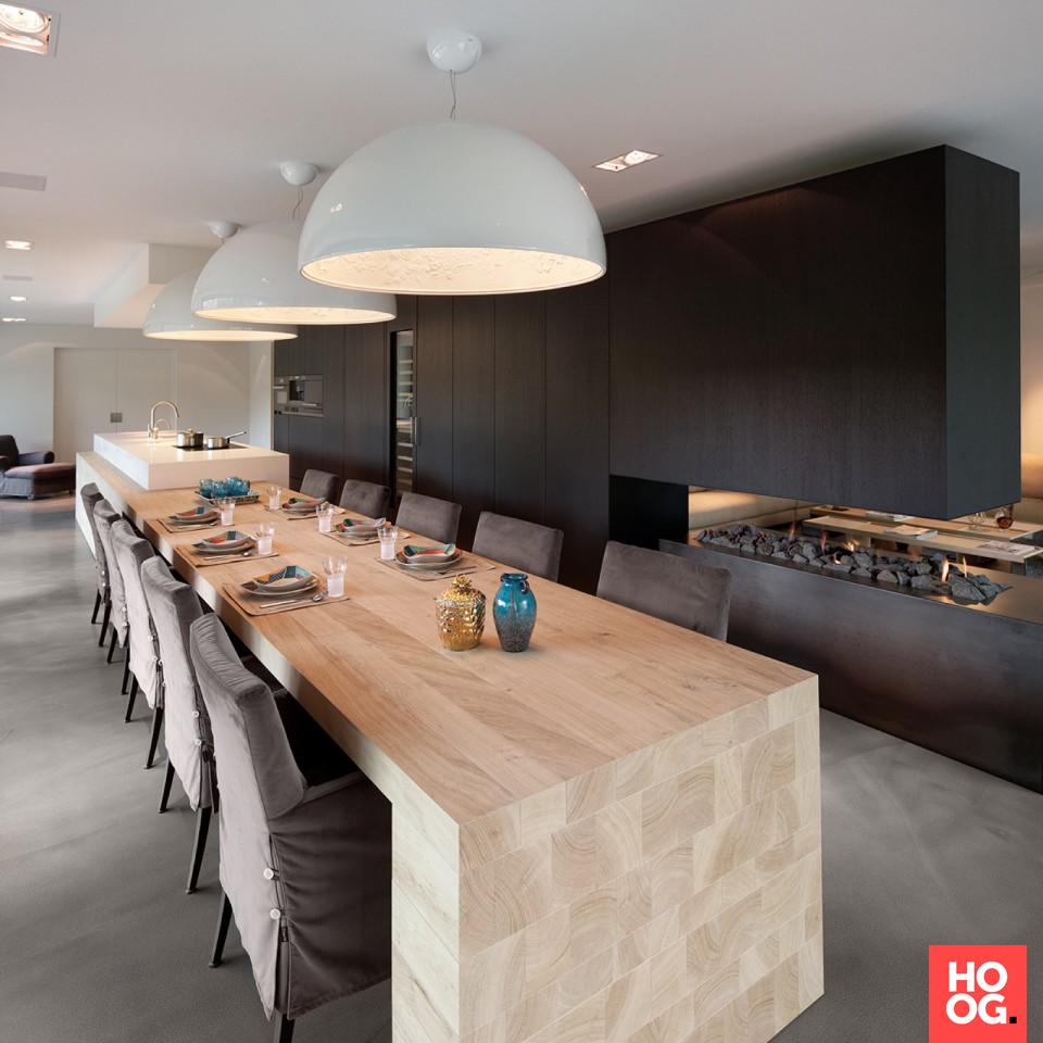 Luxe eettafel in moderne woonkamer met open haard | eetkamer design ...