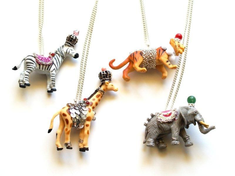 Recently I saw these necklaces (1st photo) on Pinterest. They are made with plastic toy animals. It's a great way to reuse old children's to...