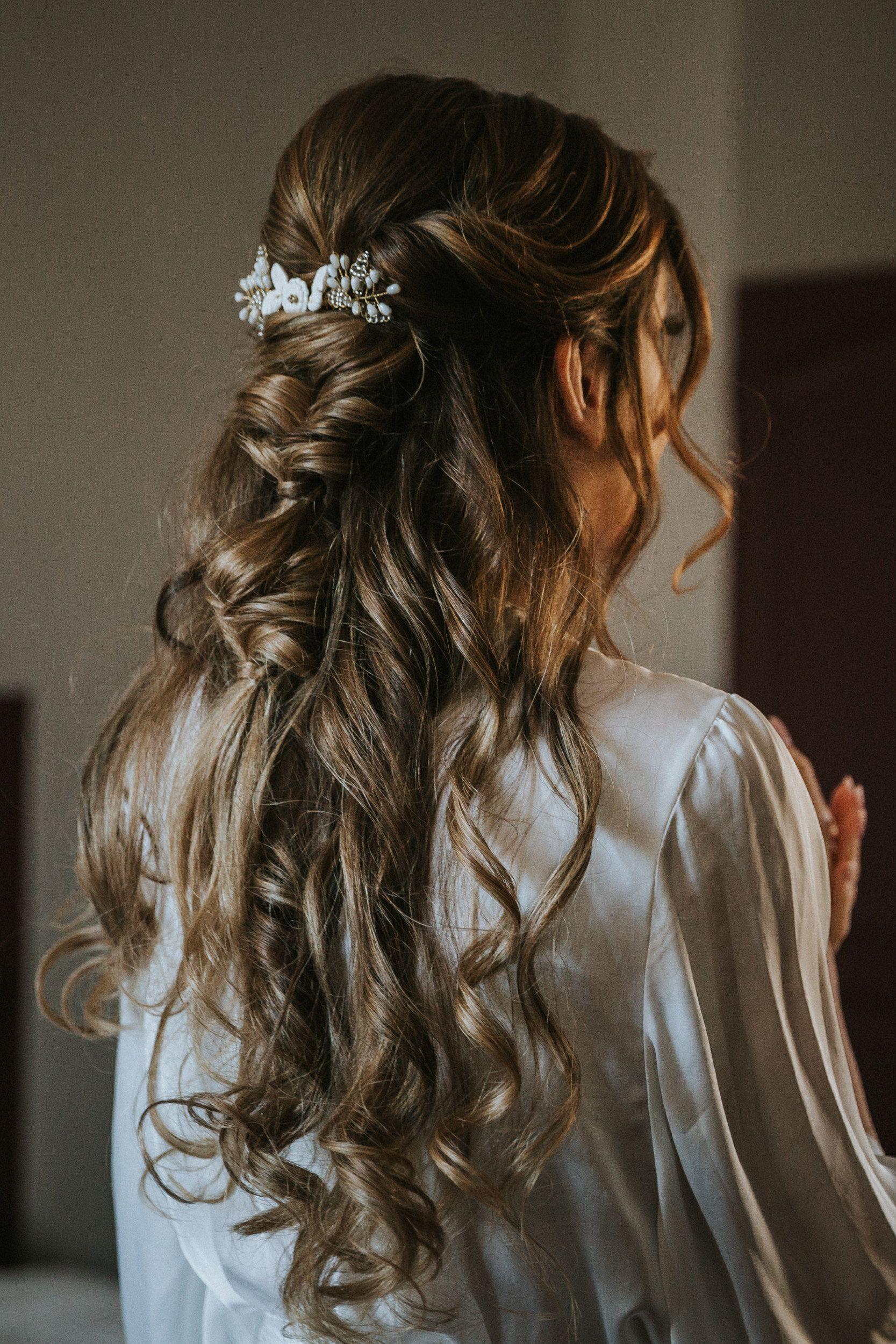 Coiffure De Mariee Detachee Sublimee Par Un Joli Ornement Mariage Cheveux Boucles Coiffure Mariee Coiffure