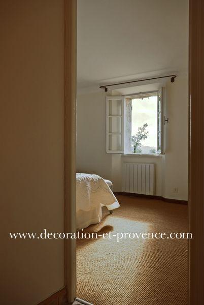 Décoration d\'intérieur de chambre de charme. Tapis coco, sisal ...