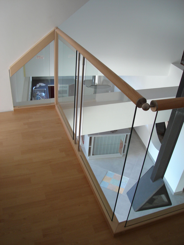 Garde-corps horizontal et rampant bois et verre. Pour plus de photos ...