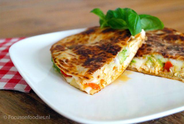 Maak super makkelijk een heerlijke glutenvrije quesadilla, met kip, paprika en geitenkaas. Geen oven nodig, gewoon in de pan. Bekijk het recept hier >>