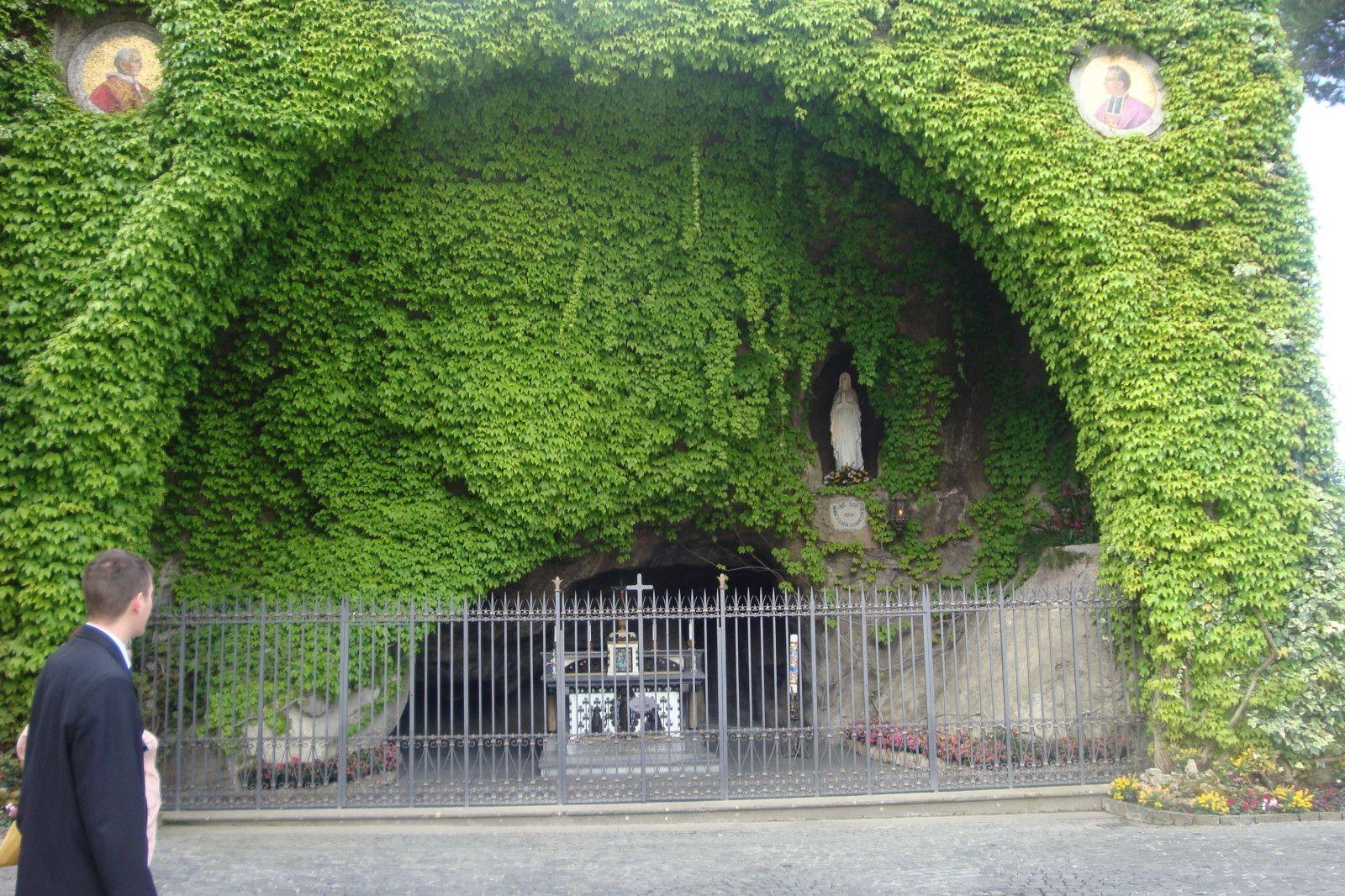 La Grotte De Lourdes Dans Les Jardins Du Vatican Lourdes Grotte Pape Pie X