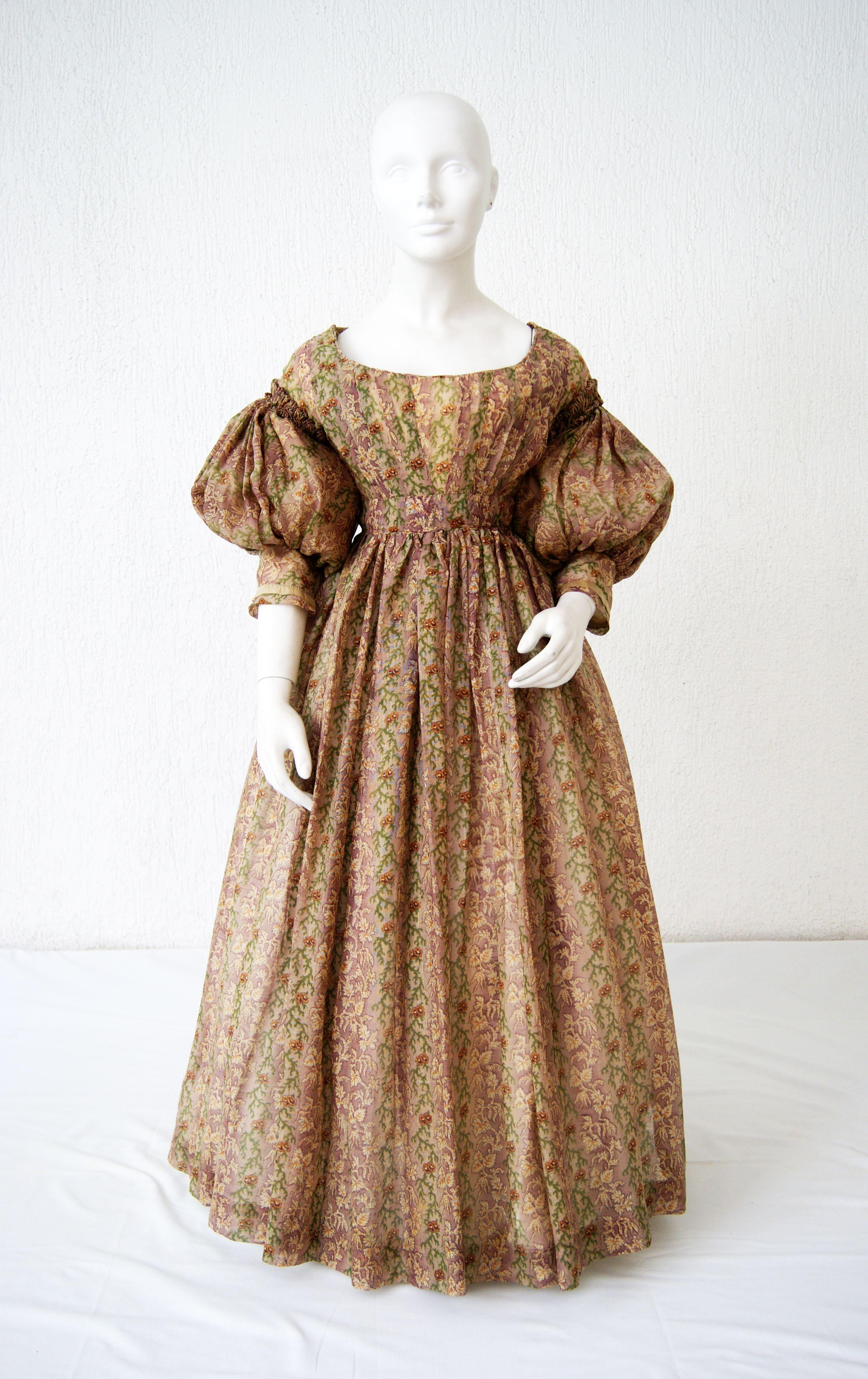1835, vermutlich Tageskleid aus bedruckter Baumwolle | Biedermeier ...