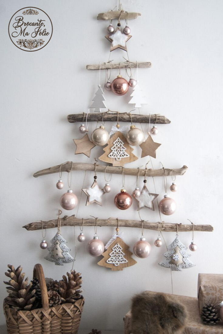 This wall christmas tree in driftwood can be customed, so you can choose the size and the colors of your decorations (gold,  red, blue, silver, light green, pink, white, wood). If you want to get a unique 2019 Christmas tree that look like you, click here! #christmastreeideas