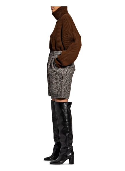 Hohe Leibhöhe. Kurzes Bein mit fixiertem Umschlag. Schließt mit Knopf und Reißverschluss. Figurschmeichelnde Bügelfalten. Seitliche Eingrifftaschen. Geknöpfte Paspeltaschen. Softe Haptik. Made in Italy