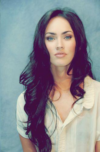 Love her dark hair and natural makeup look.