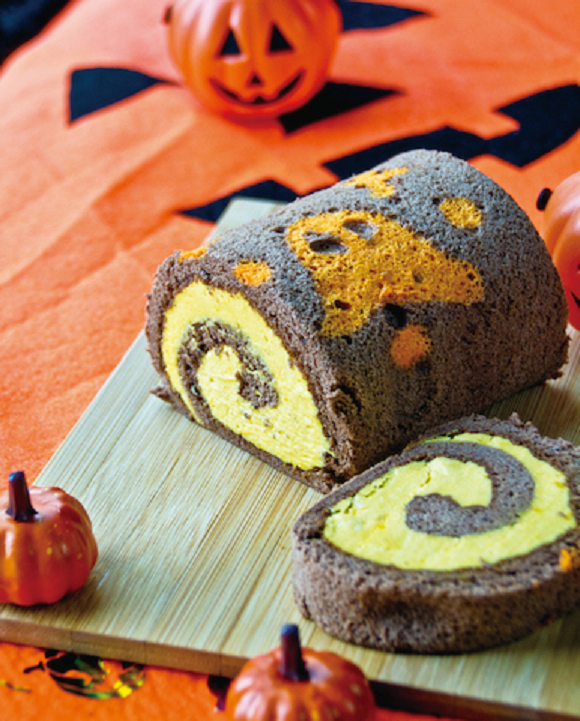 Most people who celebrate Halloween in Japan do so by having a party with friends. You're sure to be appreciated at any gathering with the 864-yen Midnight Haunted House Party (Obake no Yakata de Mayonaka no Party), which plays into the Japanese belief that it's customary to eat pumpkin-flavored sweets at Halloween with its pumpkin cream filling.