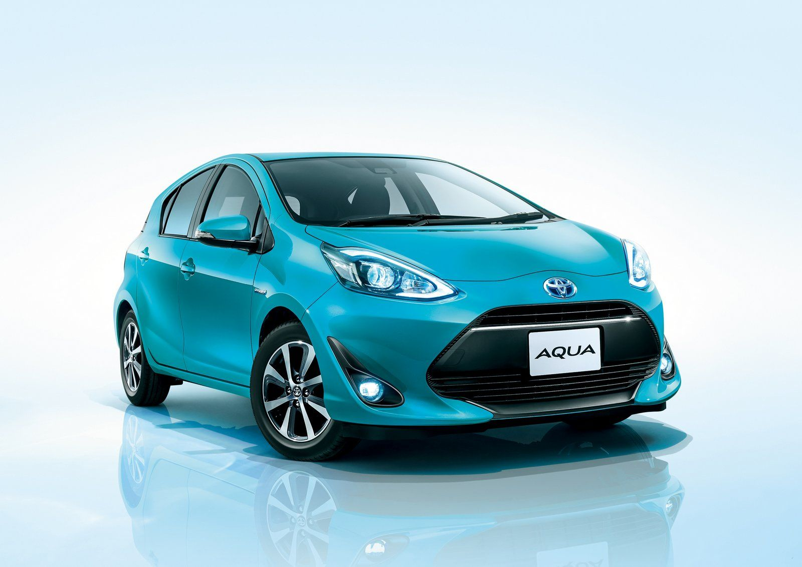Toyota Aqua Is Now Remodeled And Comes In A Crossover Version In Order To Keep Customers Interested In Sedans And Hatchbacks Some Compan トヨタ アクア ハイブリッドカー トヨタ