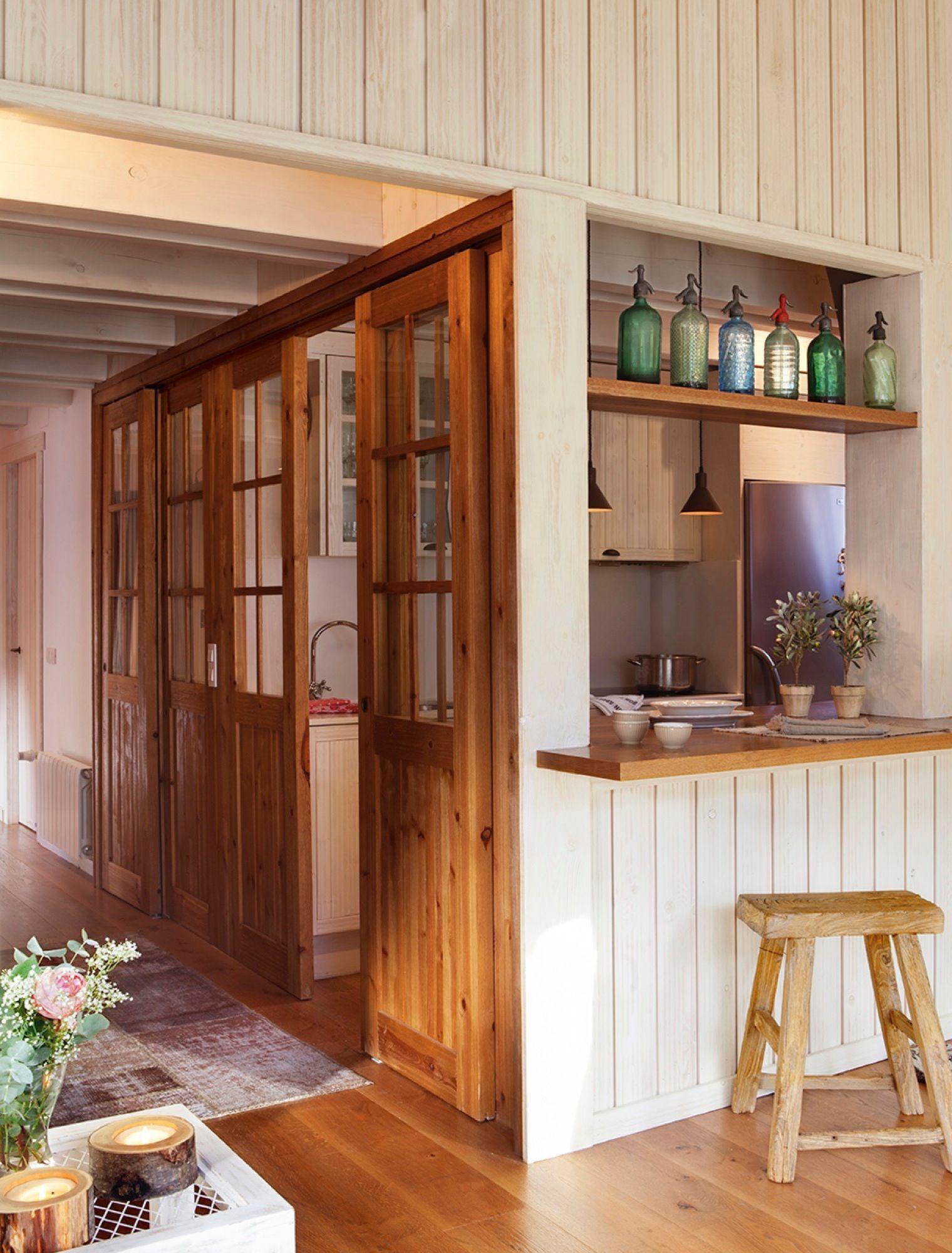 Cocina semiabierta con paredes correderas de madera - Taburetes de cocina de madera ...