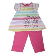 Splendide ensemble pur coton pour bébé fille renfermant des habits confortables, très légers et designs. Ensemble procurera à bébé toute une douceur et confort avec le top à rayures multicolores, manches volantées et écriture sérigraphiée à la base ; leggings assorties. La vente en gros de 12 ensembles pour bébé à prix compétitif c'est sur Ventegros.fr, le leader dans le domaine d'habillement et d'accessoires pour tous. Tailles assorties : 6 à 24 mois.