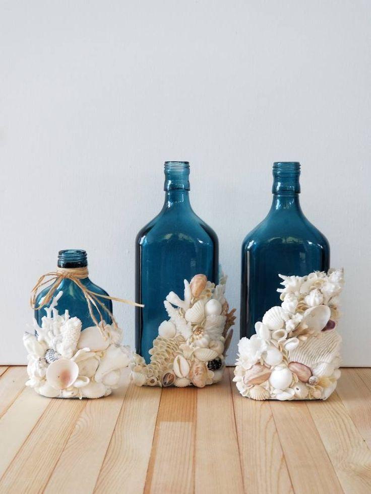 Muschelglasflasche bedeckt mit Oberteilen und korallenroten Rankenfußkrebsen. Küstenkunstdeko... #kreativehandwerke